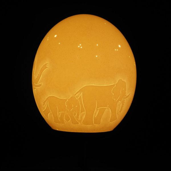 Straußenei Lampe Elefantenfamilie beleuchtet